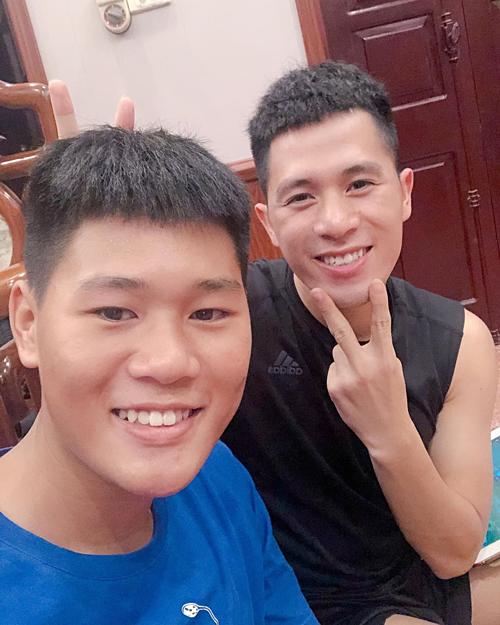 Cầu thủ Đình Trọng pose hình bên em trai.