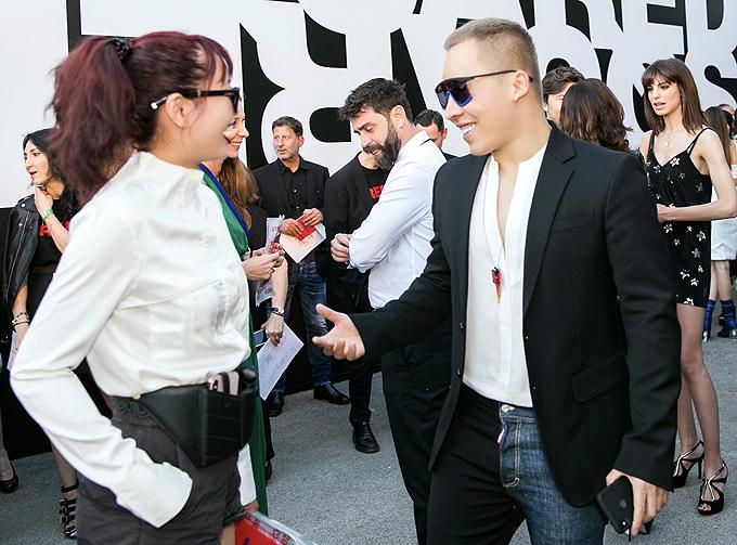Vũ Khắc Tiệp gặp bạn thân - stylist Phương Paris trong sự kiện thời trang ở Italy.