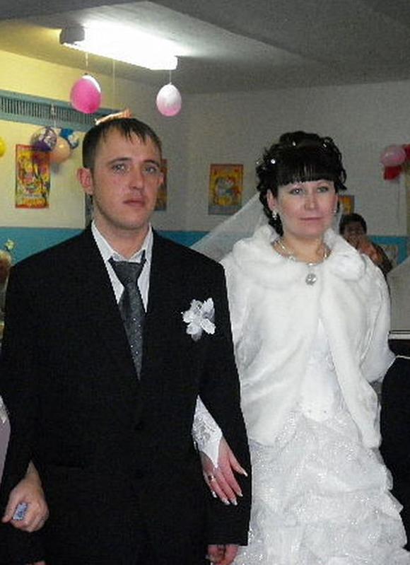 Vasily và vợ trong ngày kết hôn. Ảnh: east2west.
