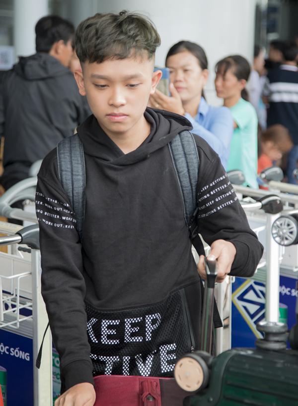 Bé Hồ Văn Cường - quán quân Vietnam Idol Kids lớn bổng ở tuổi 16. Giọng ca nhí rất hồi hộp trong lần đầu đi Mỹ cùng mẹ nuôi.