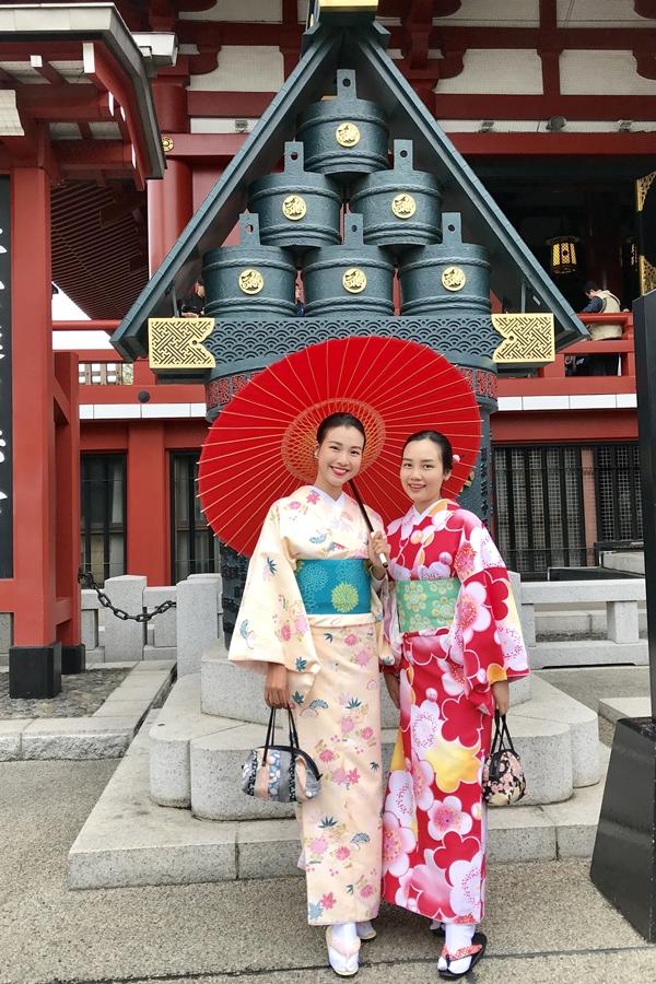 Đến Tokyo, mọi người có thể thăm ngôi đền nổi tiếng Meiji, vô cùng uy nghi và linh thiêng để xin xăm cũng như viết những cánh thiệp gỗ cầu bình an hay mua bùa thủ công cầu chúc may mắn về sức khỏe, tài lộc, tình cảm,... tặng cho người thân. Ngoài ra, đền đèn lồng đỏ Sensoji ở Asakusa cũng là nơi nhộn nhịp với kiến trúc đặc trưng của Nhật Bản với hàng loạt hàng quán cổ truyền được nhiều du khách yêu thích.