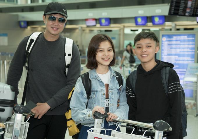 Á quân Solo cùng Bolero Nguyễn Phú Quý (ngoài cùng bên trái)và giọng ca trưởng thành từ The Voice Kids 2014 Tuyết Nhung (giữa) cũng được mẹ nuôiđưa đi lưu diễn ở Mỹ.