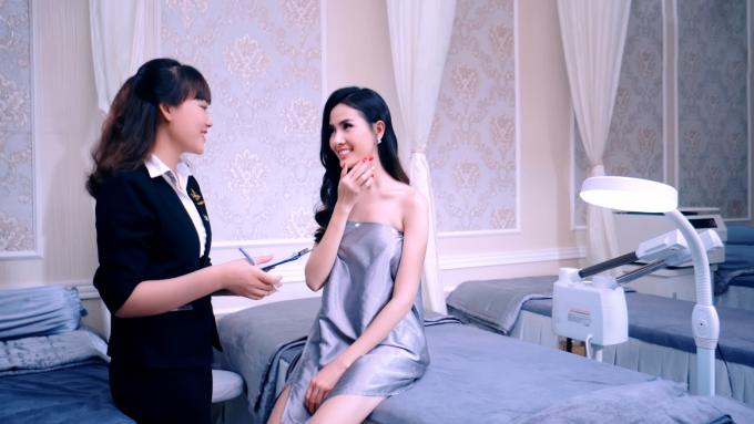 Đội ngũ tư vấn của Diva Spa giúp Hoa hậu chọn phương pháp chăm sóc da phù hợp.