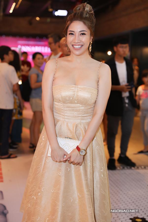 Ca sĩ Pha Lê khoe ngực đầy khi diện váy dây đi sự kiện.