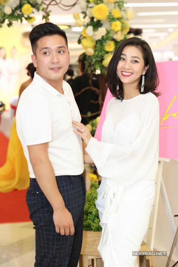 MC Liêu Hà Trinh hạnh phúc sánh đôi bạn trai trong sự kiện tối 17/6.
