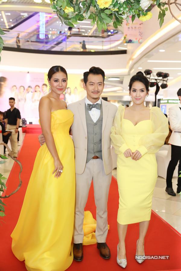 Diễn viên Tú Vi diện váy vàng ton-sur-ton, đọ vẻ gợi cảm với Nam Thư.