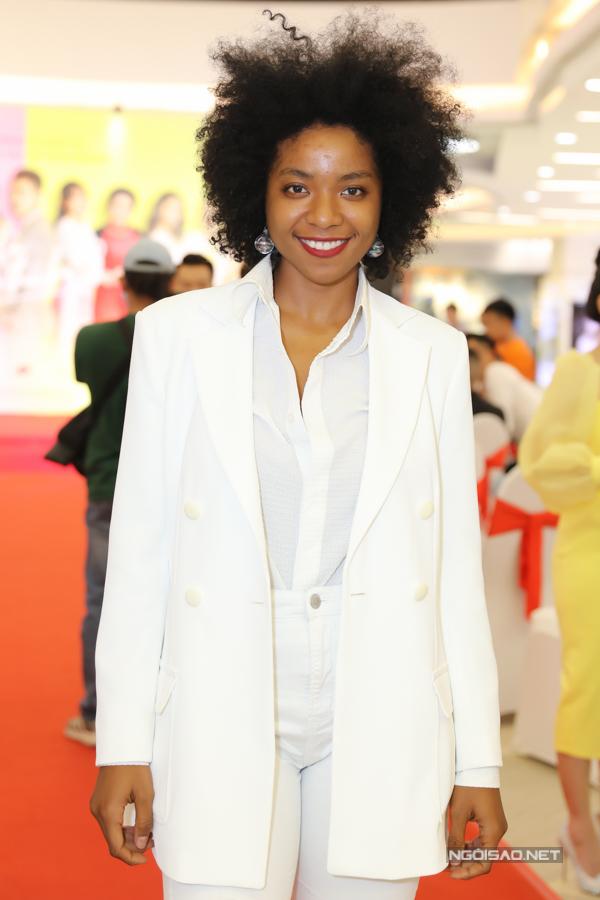 Người mẫu lai Cameroon Huỳnh Tiên ấn tượng với làn da nâu và mái tóc xù bồng bềnh.