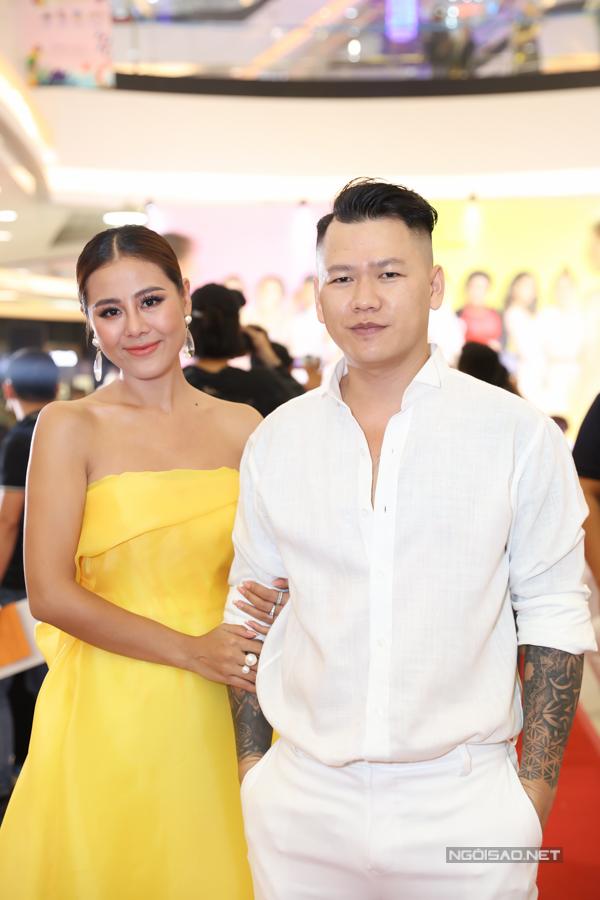Nhà thiết kế Hoàng Minh Hà diện cây trắng đi sự kiện.