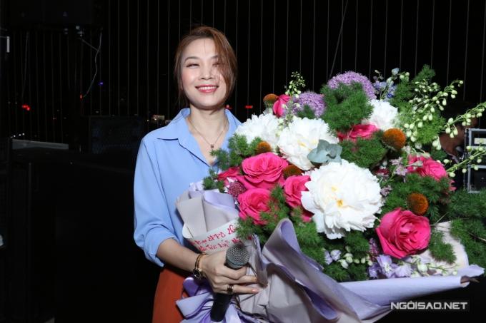 Mỹ Tâm nhận hoa của êkíp chúc mừng thành công của Chị trợ lý của anh.