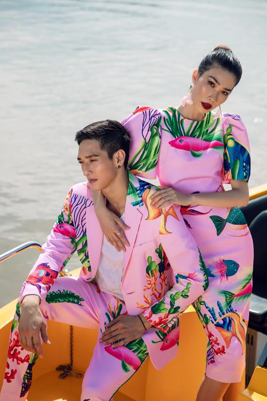 Trang phục có sắc màu rực rỡ là một trong những điểm nhấn không thể thiếu trong phong cách thời trang của Vũ Ngọc và Son. Ở mỗi mùa mốt mới, hai nhà thiết kế lại chọn lựa những họa tiết hợp xu hướng để tạo nên sự mới mẻ.
