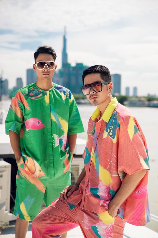Trang phục dành cho nam giới lại thiên về các mẫu áo quần đồng bộ dáng over size.