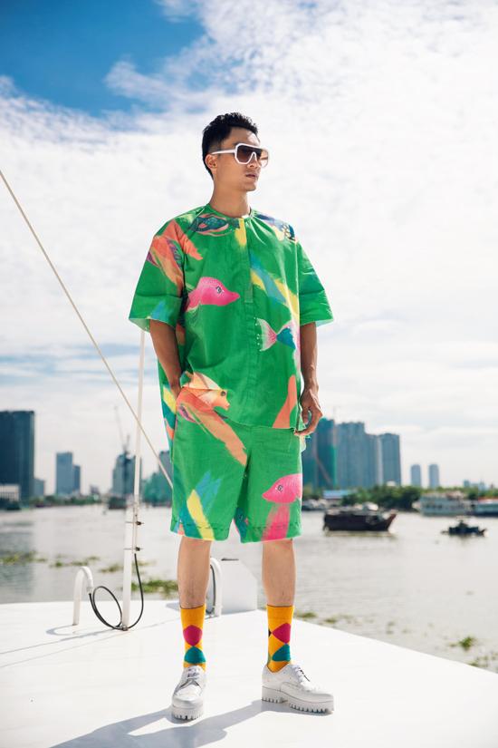 Áo cổ trụ, xệ vai và các kiểu short cho phái mạnh được thiết kế trên chất liệu vải thô. Tạo cảm giác thoải mái và phù hợp với những chuyến du lịch mùa hè.