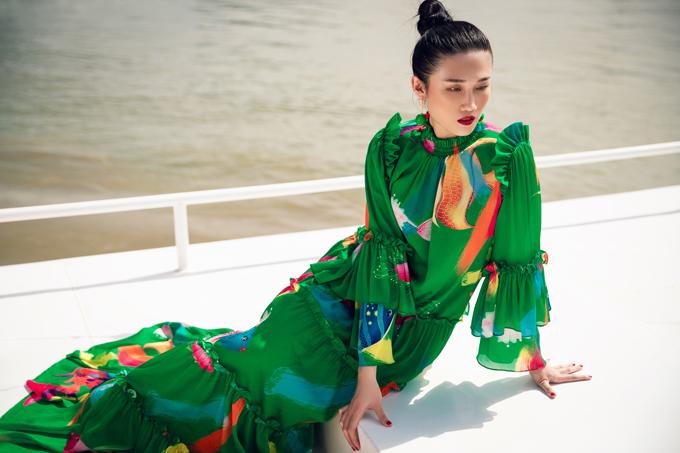 Các đầm maxi, váy bút chì, váy suông phom dáng rộng phù hợp với không khí mùa hè cũng được khai thác một cách triệt để.