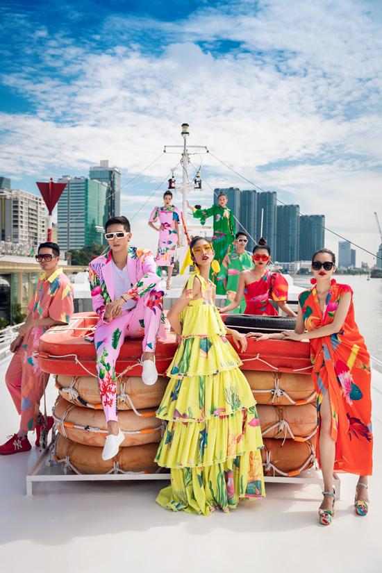 8 người mẫu nổi tiếng của làng thời trang Việt cùng xuất hiện trong bộ ảnh giới thiệu poster cho show diễn Lãng du sẽ được tổ chức trên bến Bạch Đằng (Tp HCM)vào ngày 30/6.