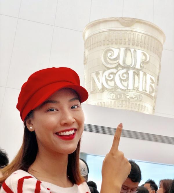 Hoàng Oanh cho hay khi đã đến Yokohama nhất định không thể bỏ qua Noodle Museum để tự mình học cách làm ra một ly mì gói và tự vẽ bao bì theo ý mình. Nàng Á hậu rất thích thú cùng trải nghiệm mới mẻ vì theo tìm hiểu người Nhật Bản đã sáng tạo ra sản phẩm đại chúng này.