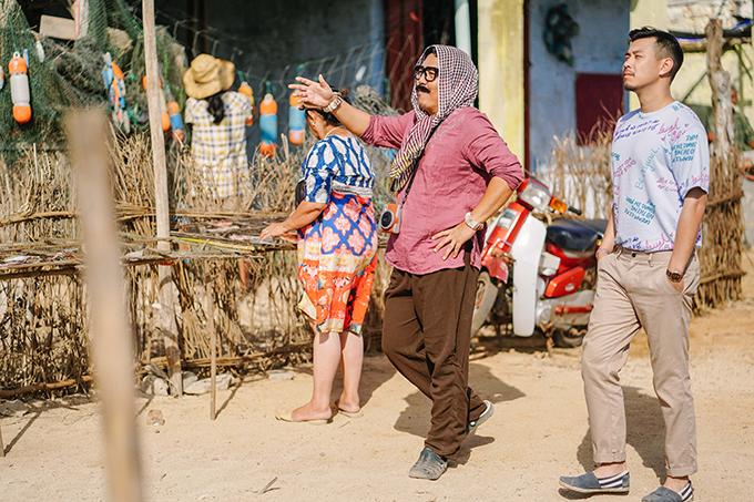 Đức Thịnh (trái) vào vai trưởng đảo vui tính và HuyMe (phải) vào vai thầy giáo Hoàng.