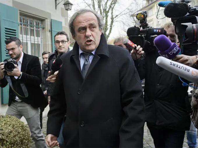 Ông Michel Platini bị truyền thông bao vây liên quan tới nghi án nhận hối lộ. Ảnh: Independent.