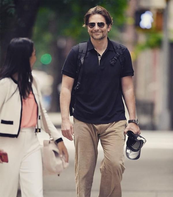 Cùng ngày hôm đó, Bradley Cooper được trông thấy đi bộ một mình ở New York.