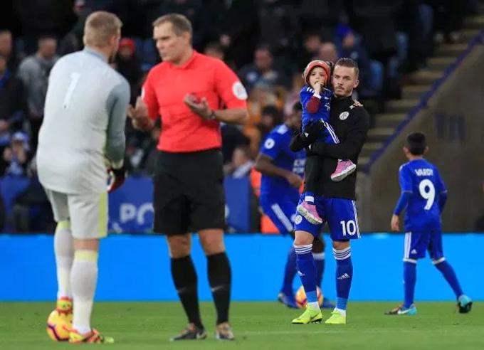 Maddison bế con gái Sophie Taylor vào sân đấu ở Ngoại hạng Anh.