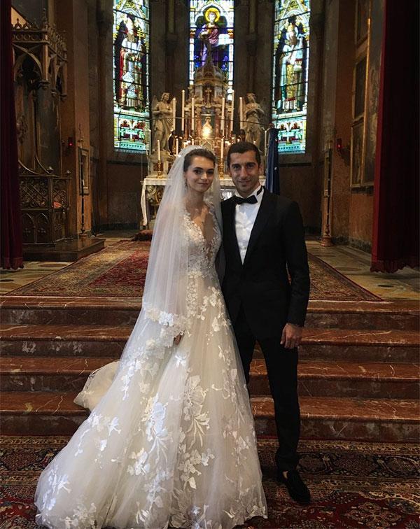 Kết hôn và ở với anh mãi mãi nhé, tiền vệ 30 tuổi viết chú thích khi đăng ảnh hai người tình tứ trong nhà thờ.