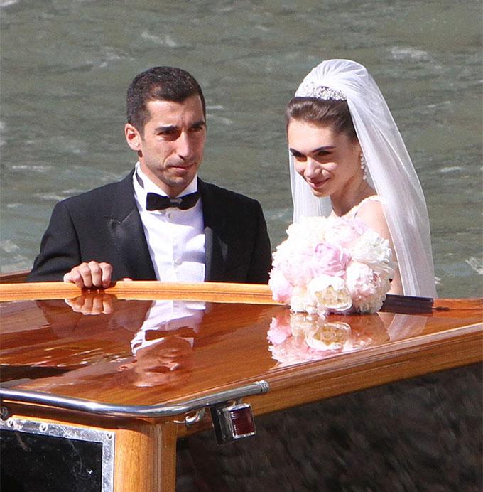 Ngôi sao người Armenia và vợ ngồi trên taxi nước du hành thành phố kênh đào mộng mơ trong ngày trọng đại. Cô dâu Betty Vardanyan xinh đẹp, rạng rỡ trong bộ váy cưới màu trắng ngà, đội vương miện và cài khăn voan dài.