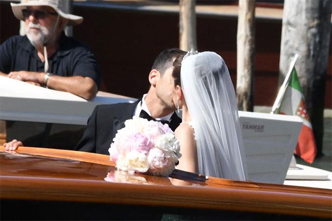 Chú rể Henrikh Mkhitaryan trao nụ hôn đắm đuối cho người bạn đời trong hôn lễ.