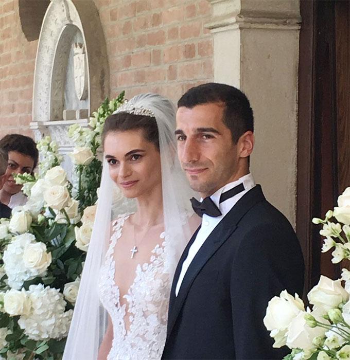 Vợ sao Arsenal là con gái thương gia kiêm chính trị gia đồng hương Mikael Vardanyan. Người đẹp bằng tuổi Mkhitaryan.