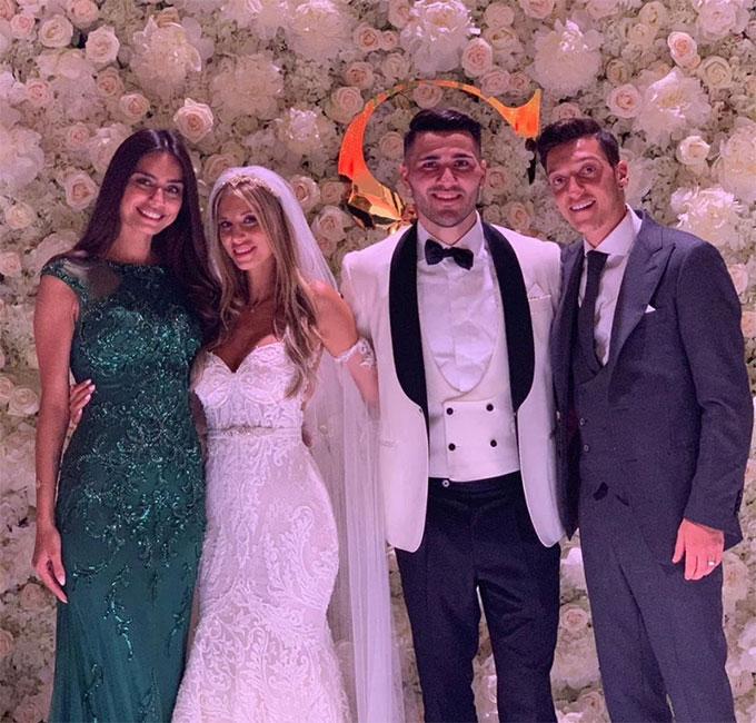Mkhitaryan là sao Arsenal thứ ba cưới vợ mùa hè này sau hai đồng đội Kolasinac và Ozil. Trong ảnh, vợ chồng Ozil tới dự hôn lễ hậu vệ người Bosnia hôm 15/6.