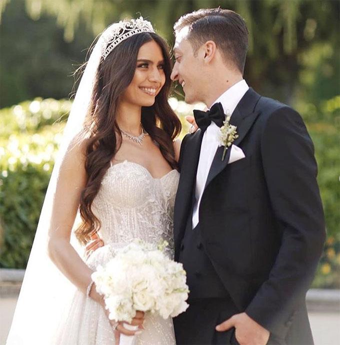 Trước đó, hôm 7/6, tiền vệ người Đức gốc Thổ Nhĩ Kỳ làm đám cưới với người đẹp Amine Gulse tại Istanbul.