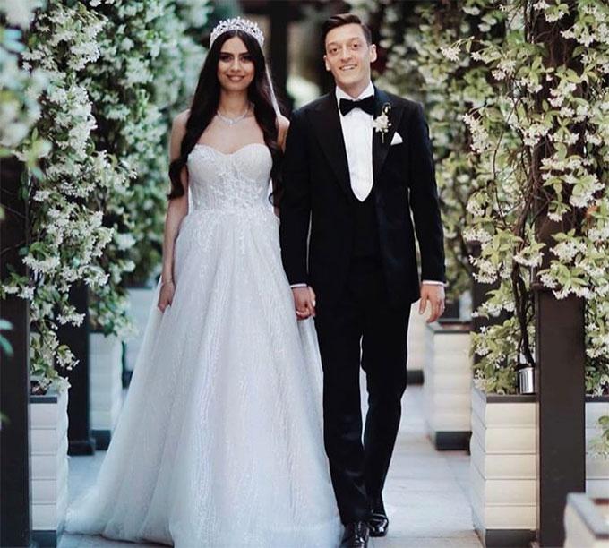 Cặp sao chọn Thổ Nhĩ Kỳ, quê gốc của cả hai, để tổ chức hôn lễ. Tổng thống Thổ Nhĩ Kỳ, Erdogan và vợ cũng tới dự ngày vui của Ozil.