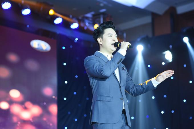 Ca sĩ Lê Hiếu - khách mời đặc biệt mang đến cho chương trình những bài hát trữ tình sâu lắng, tôn vinh vẻ đẹp của người phụ nữ.