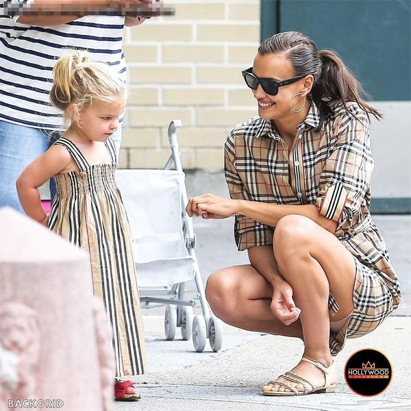 Irina Shayk diện váy Burberry có giá bán lẻ 690 USD (16 triệu đồng) trong khi công chúa nhỏ xúng xính trong chiếc váy hè giá 160 USD.