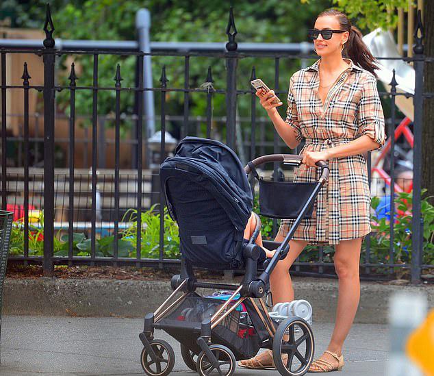 Rời sàn diễn ở Italy, Irina Shayk quay về Mỹ hôm thứ hai. Cô đón con gái ở New York và cùng bé đi dạo phố. Một ngày trước đó, bé Lea được tài tử Bradley Cooper đưa từ Los Angeles tới thành phố này bằng phi cơ riêng.