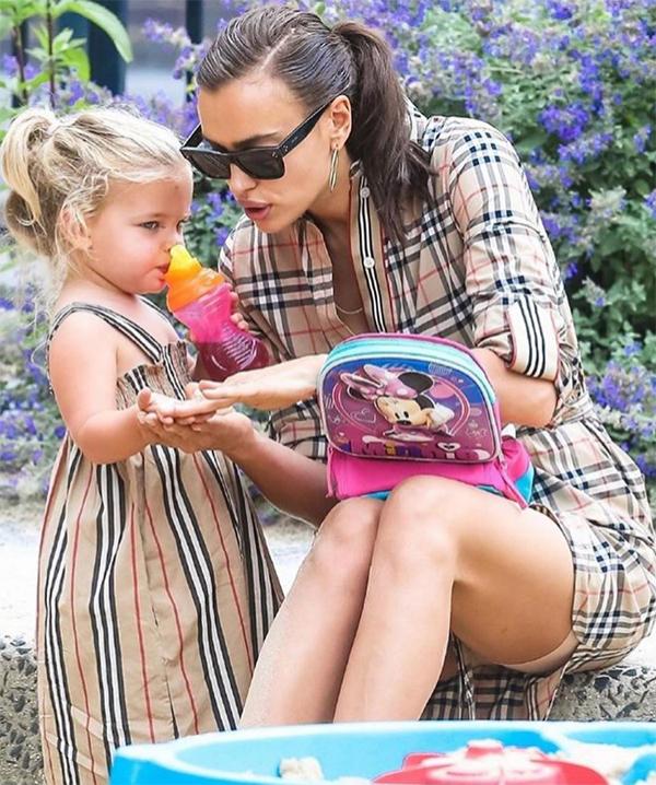 Trở về nhà, siêu mẫu lại bận rộn với vai trò làm mẹ. Cô và Bradley Cooper cùng coi con cái là ưu tiên hàng đầu, luôn thay phiên nhau chăm sóc con.