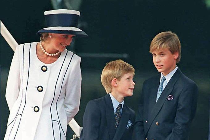 Công nương Diana đứng cạnh hai con trai William và Harry dự lễ kỷ niệm ngày Đế Quốc Nhật Bản đầu hàng trong Thế chiến IItại London năm 1995. Ảnh: UK Press.
