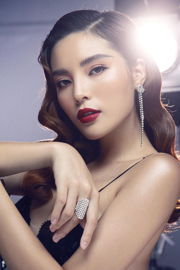 Hoa hậu mới có buổi chụp ảnh quảng cáo cho một thương hiệu mà cô làm đại sứ. Cô trang điểm, làm tóc theo phong cách cổ điển và diện những thiết kế sexy, tôn vòng một.