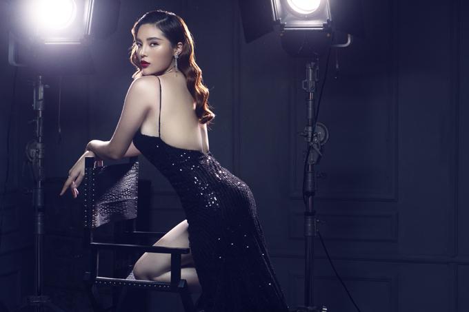 Kỳ Duyên phô lưng trần sexy trong buổi chụp ảnh ở studio.
