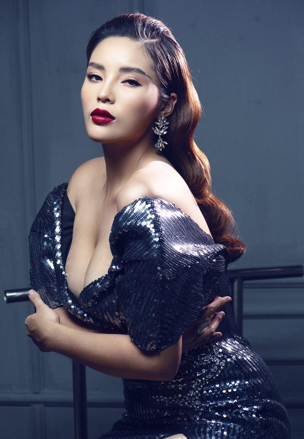 Hoa hậu tự tin với vòng một đầy đặn nhờtân trang bằngdao kéo.