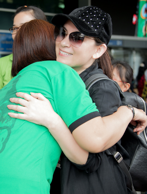 Cô lưu luyến ôm tạm biệt một fan trước khi vào làm thủ tục lên máy bay.