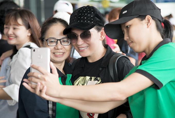 Phi Nhung được nhiều khán giả nhận ra ở sân bay và xin chụp ảnh chung.