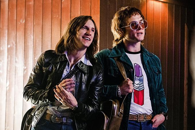 Mối quan hệ hơn cả tình bạn nhưng chưa thể là tình yêu giữa Elton John và Bernie (trái - do Jamie Bell đóng) tạo nhiều cảm xúc cho phim.