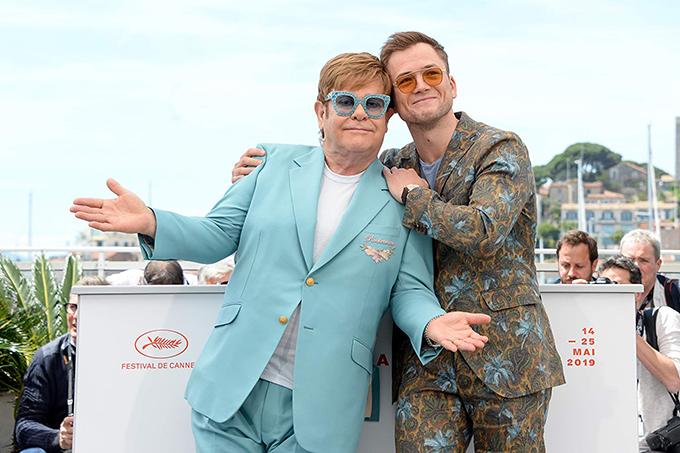 Elton John trên phim (phải) cùng Elton John phiên bản đời thực dự LHP Cannes tháng 5/2019.