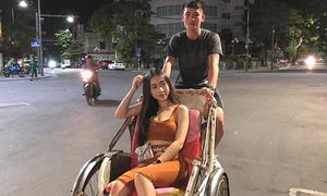 Trung vệ Tấn Sinh khoe bạn gái, đồng đội đua nhau trêu chọc