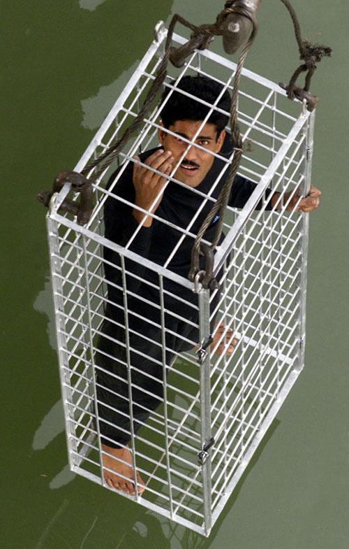 Lahiri tự thoát ra khỏi lồng sắt khi bị thả xuống sông Hằng vào năm 2002 và thoát ra chỉ sau 15 giây. Ảnh: Reuters.