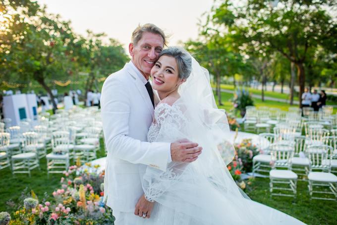 Cô dâu Hồng Nhung bên hôn phu người Anh trong đám cưới ngày 18/5.
