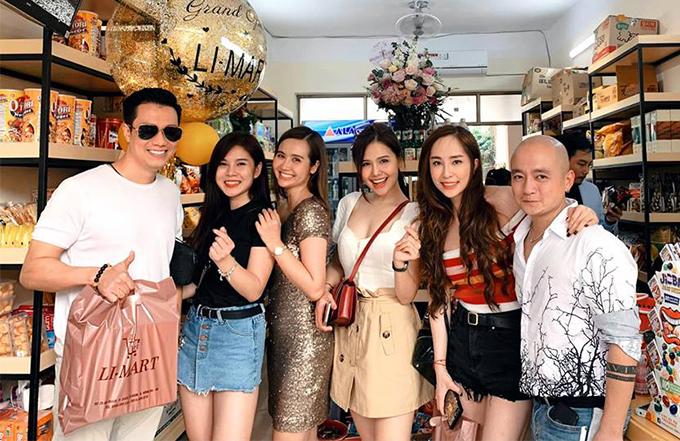 Việt Anh và Quỳnh Nga (thứ hai từ phải sang) chơi chung trong một nhóm bạn có nhiều diễn viên nổi tiếng như Phương Anh, Huyền Lizzie, Thu Hoài...