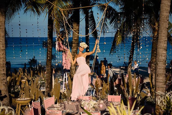 Các chi tiết trang trí trong đám cưới mang âm hưởng đại dương như vỏ sò, vỏ ốc treo lơ lửng trên thân cây, trở thành vật trang trí trên từng chiếc khăn ăn.