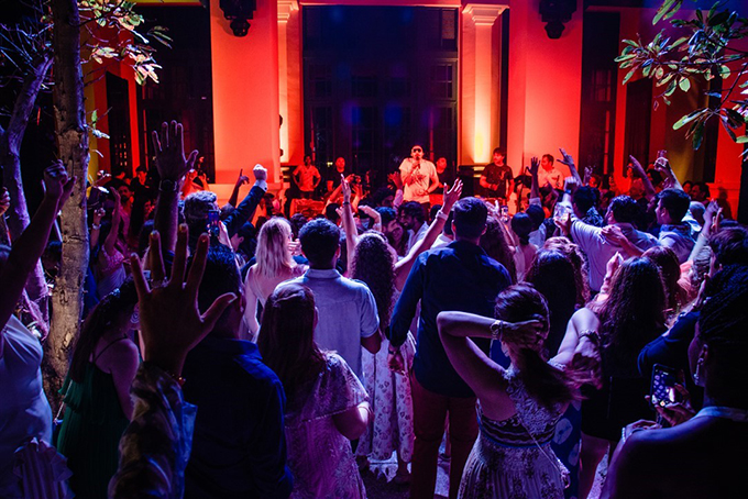 Uyên ương tỷ phú Ấn Độ thể hiện độ 'chịu chơi' khi mời rất nhiều nghệ sĩ, nhạc công nổi tiếng từ đất nước sông Hằng tới thể hiện 'một bữa tiệc âm nhạc' hoàn hảo.