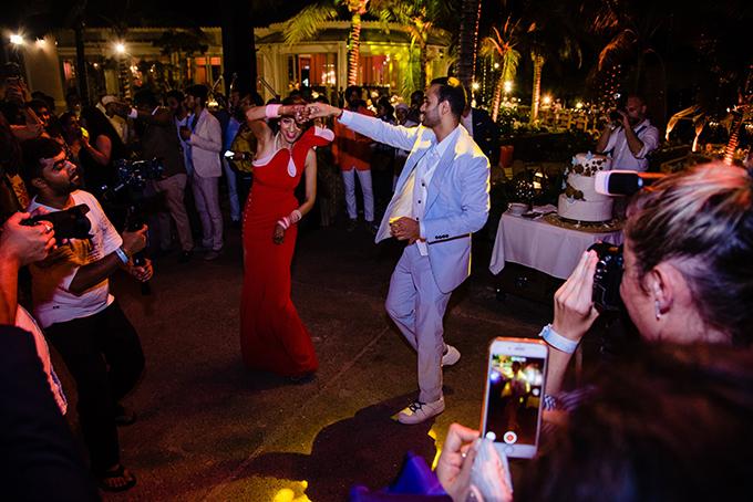 Đám cưới của cặp tỷ phú Ấn Độ có tổng cộng 11 buổi tiệc lớn nhỏ diễn ra từ ngày 3/3 - 10/3. Đặc biệt, chuỗi sự kiện quan trọng từ 7/3-10/3 đều diễn ra ở khu nghỉ dưỡng JW Marriott Phu Quoc Emerald Bay. Trong 4 ngày diễn ra hôn lễ tại Phú Quốc, chú rể Rushang Shah và cô dâu Kaabia Grewal đã tiếp đón khoảng 700 khách mời với những bữa tiệc xa hoa, đẳng cấp với nhiều chủ đề ấn tượng. Nếu như ở đêm 7/3, khách mời được tham gia tiệc Pink Party ngọt ngào, đêm 8/3 bùng nổ với tiệc phong cách thổ dân thì đêm tiệc 9/3 đến rạng sáng 10/3 mang phong vị của biển cả bao la.