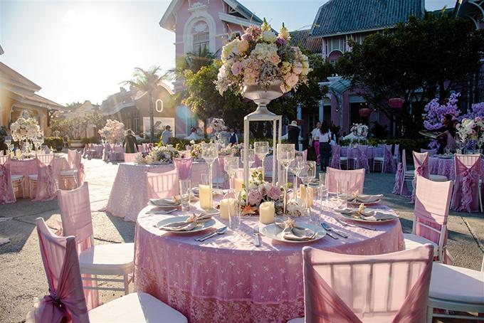 Concept tiệc mang tông màu chủ đạo là trắng và hồng, ngụ ý về tình yêu đôi lứa thuần khiết, ngọt ngào và bay bổng.